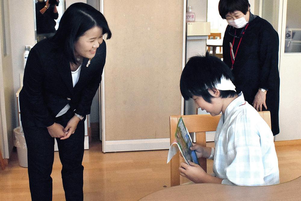 病院内の子供に話しかける畑岡(左)(代表撮影・読売新聞社)