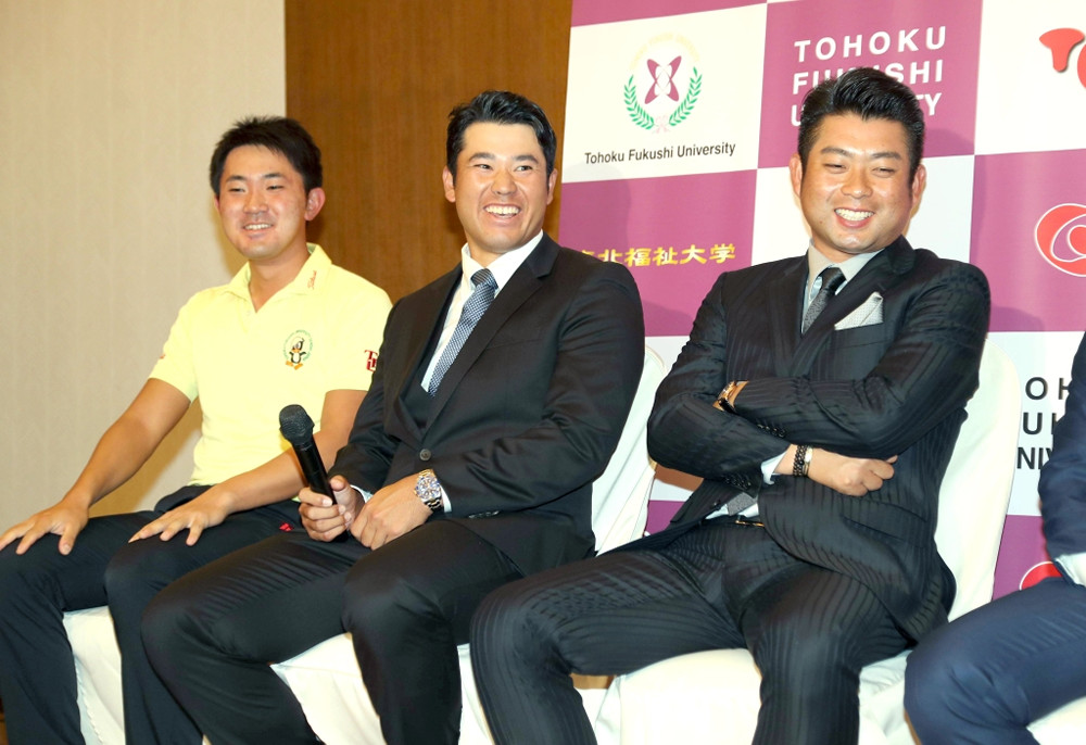 東北福祉大優勝報告会に出席したOBの松山英樹は、会見で後輩のアマ・金谷拓実(左)と笑顔を見せた(右は池田勇太)