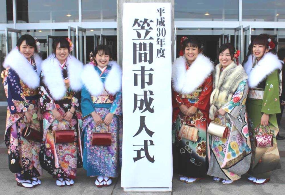 茨城・笠間市の成人式に出席した畑岡奈紗(右から3人目)