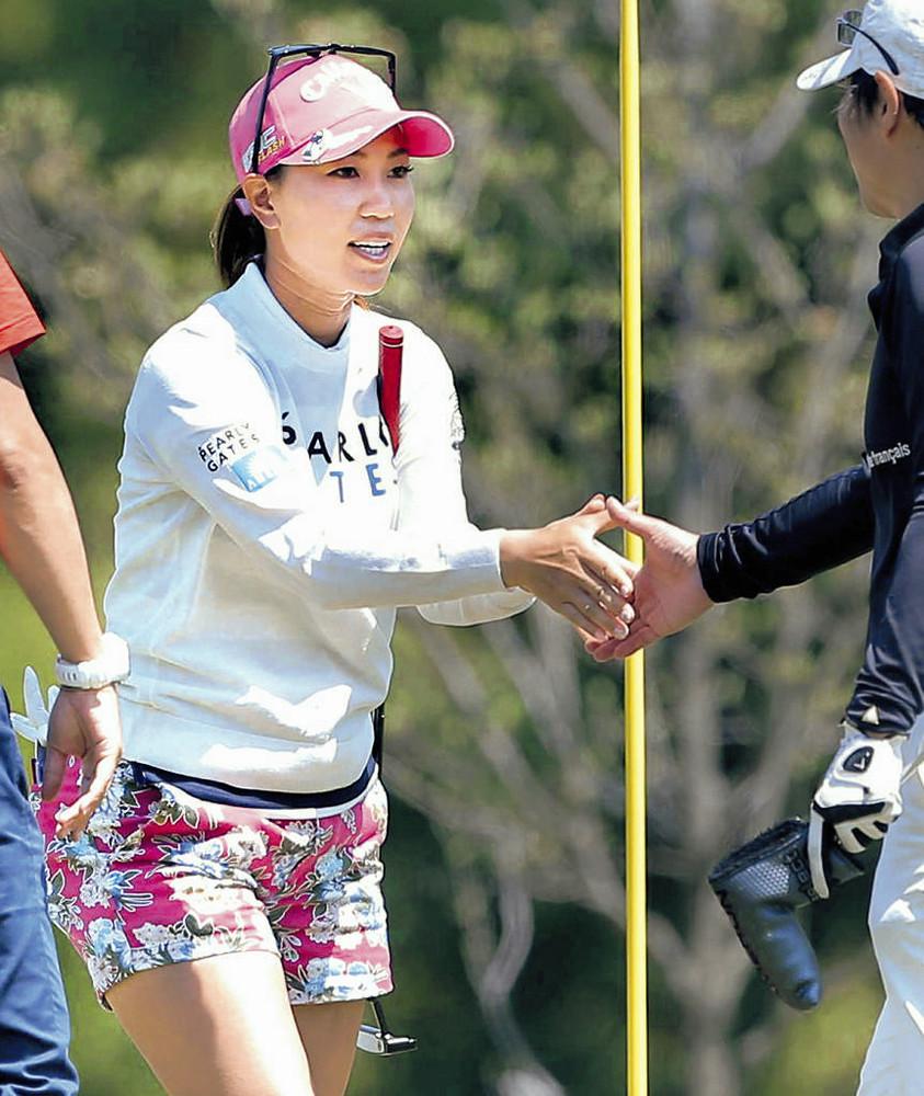 プロアマ戦でゲストと握手を交わす上田桃子