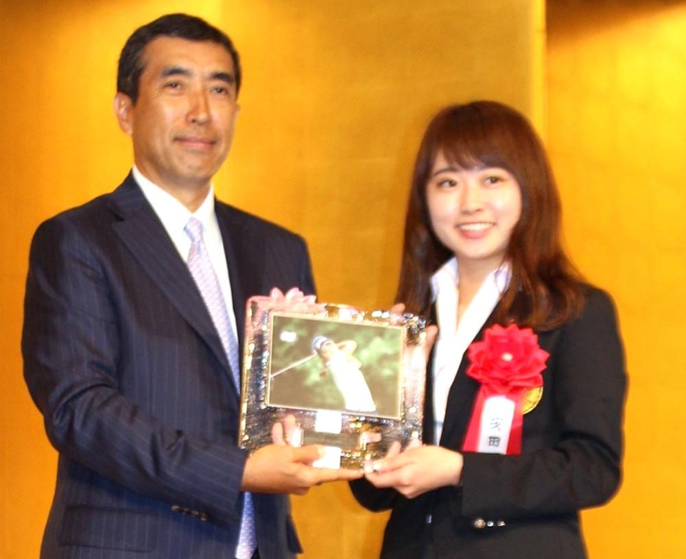ゴルフダイジェストアワードでジュニア大賞を受賞した安田祐香(右)
