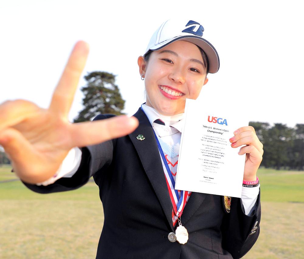全米女子オープンの招待状を手に笑顔を見せるアマチュアの吉田優利(カメラ・相川 和寛)