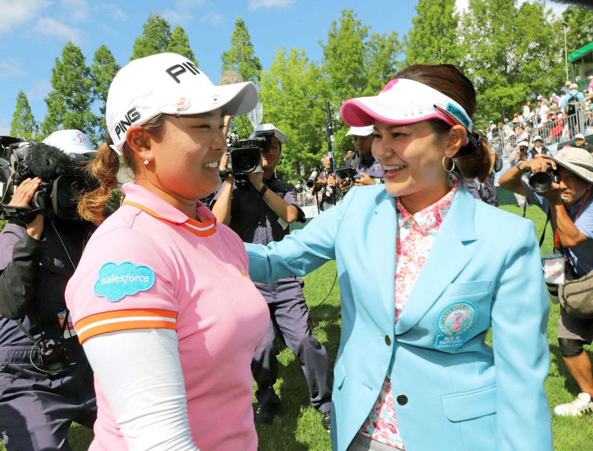 優勝した鈴木愛(左)をハグで迎えた宮里藍さん(右)