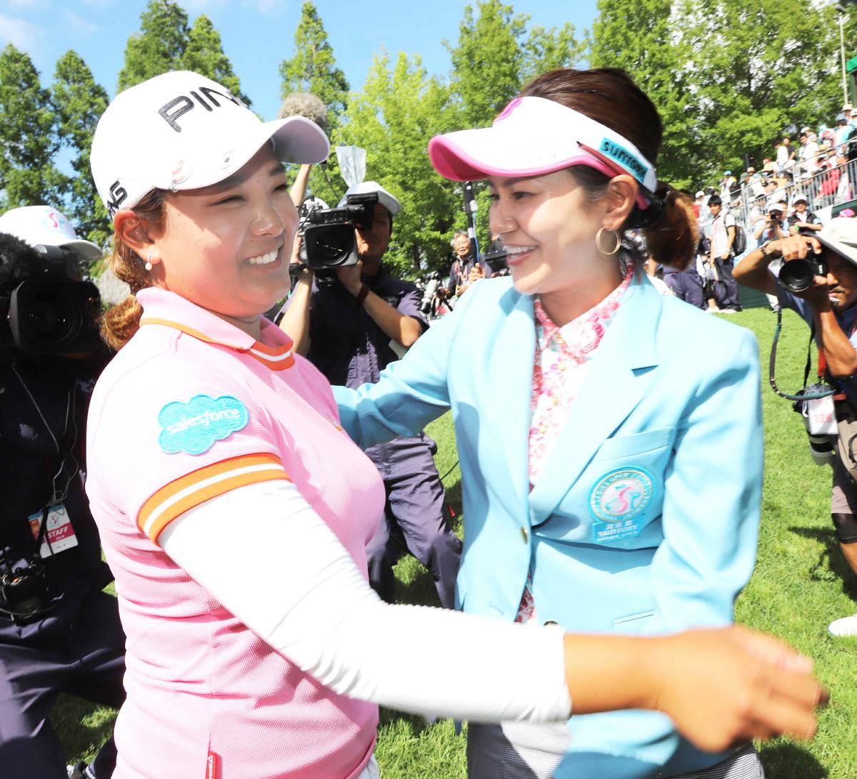 優勝した鈴木愛(左)は宮里藍さんにハグで祝福され笑顔(カメラ・渡辺 了文)