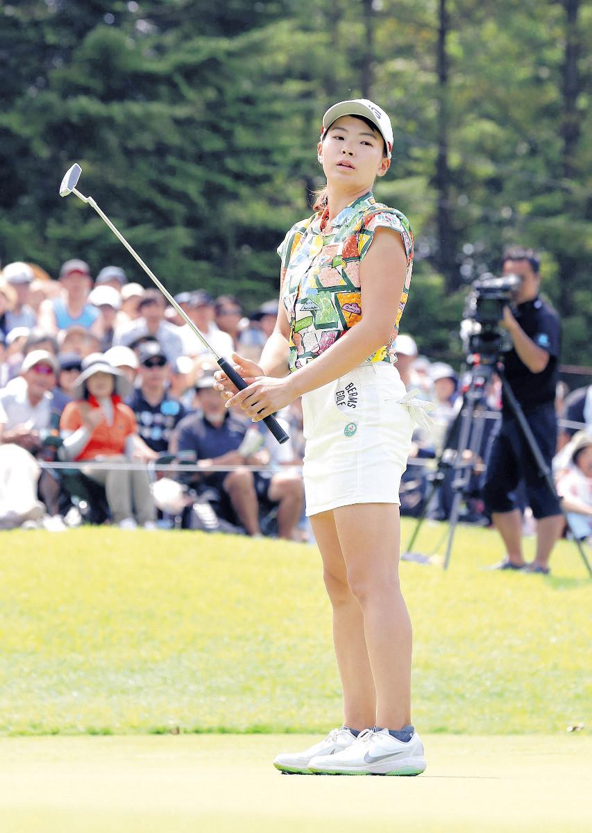 18番で決めれば優勝のバーディーパットを外した渋野日向子(カメラ・頓所 美代子)