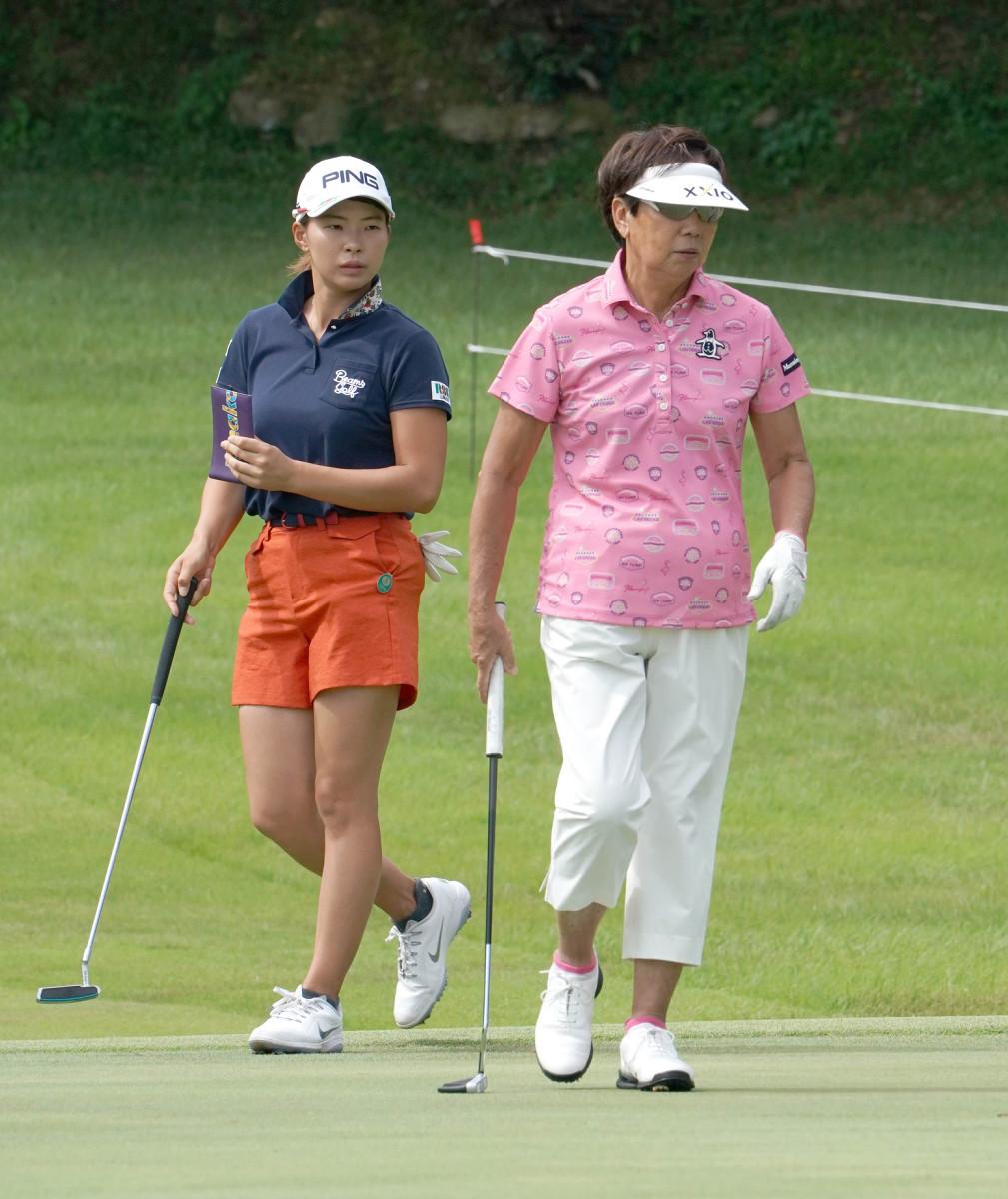 渋野日向子(左)は樋口久子日本ゴルフ協会特別顧問(右)と同組でプロアマ戦をラウンド