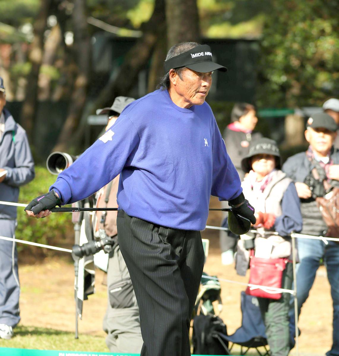 10番、ティーショットを打ち終え、クラブのシャフトを腰に当てて歩き出す尾崎将(カメラ・馬場 秀則)