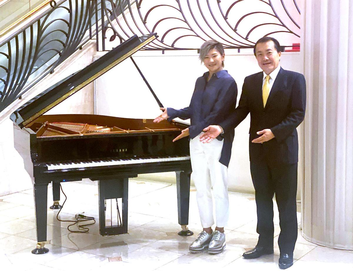 東京宝塚劇場にグランドピアノを寄贈した成田美寿々