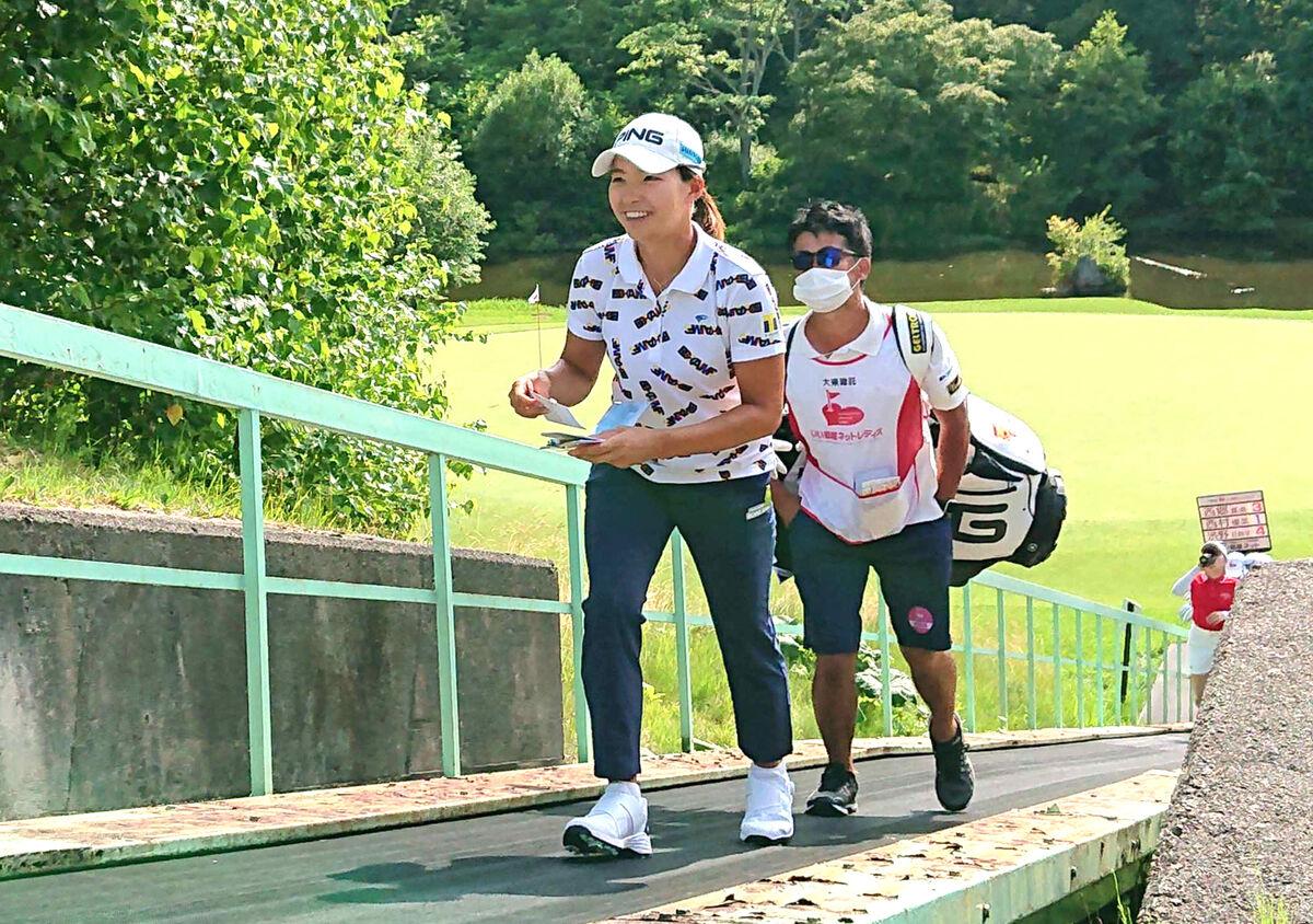 渋野日向子は笑顔を見せながら9番から10番に向かった