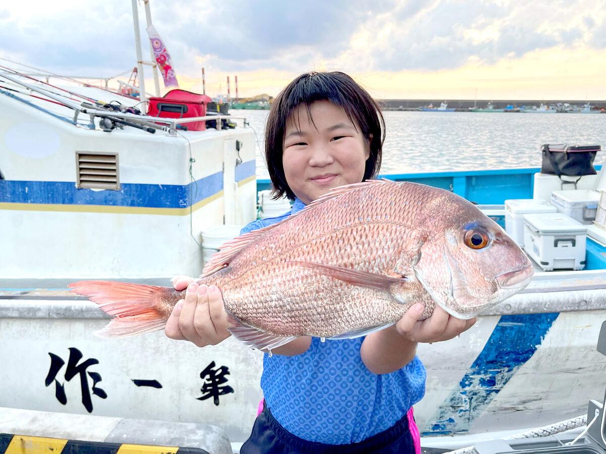 ウッズらに倣って釣りトレを敢行した「ゴルフ天才少女」須藤弥勒。大物を釣り上げて笑顔(家族提供)